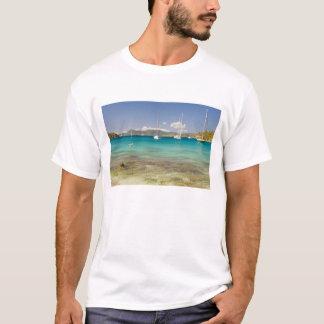 Snorkelers dans la crique idyllique d'enfoncement t-shirt