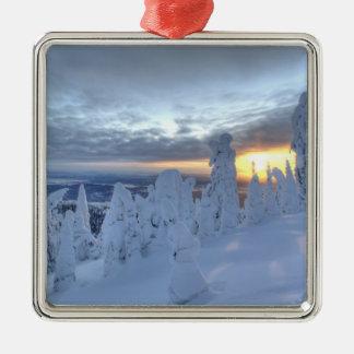 Snowghosts au coucher du soleil à la montagne de ornement carré argenté