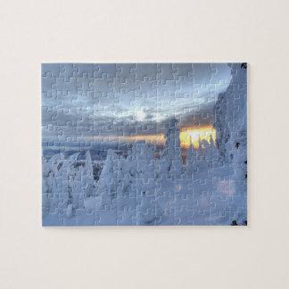 Snowghosts au coucher du soleil à la montagne de p puzzle