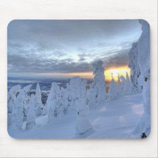 Snowghosts au coucher du soleil à la montagne de p tapis de souris