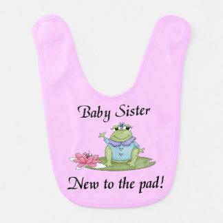 Soeur de bébé nouvelle au bavoir de protection