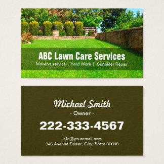 Soin de pelouse de yard faisant du jardinage cartes de visite
