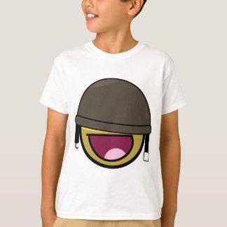 Soldat souriant de visage impressionnant avec le t-shirt