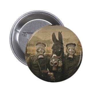 Soldats et âne dans des masques de gaz badge rond 5 cm