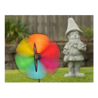 Soleil et carte postale de gnome de jardin