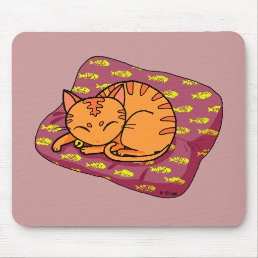 Sommeil mignon de chat tapis de souris