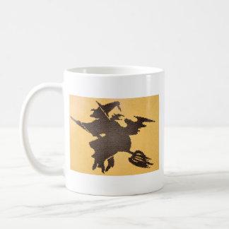 Sorcière de Halloween sur une tasse de balai