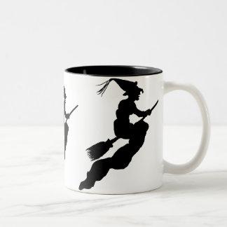 Sorcière en vol sur la silhouette de balai mug bicolore