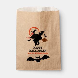 Sorcière et chauves-souris noires heureuses de sachets en papier