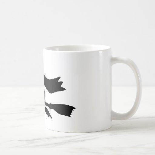 Sorcière qui vole avec le genêt à balais tasse à café