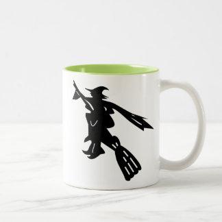 Sorcière sur la silhouette de balai mug bicolore