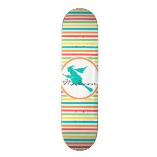 Sorcière sur les rayures lumineuses d arc-en-ciel skateboards