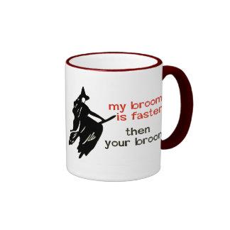 Sorcière sur un balai plus rapide mug ringer