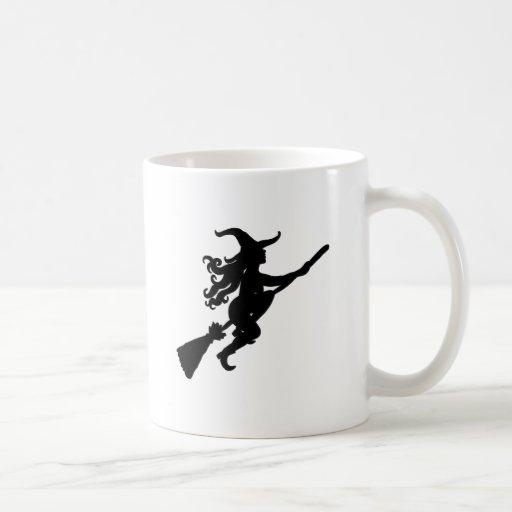 Sorcière sur une silhouette de balai tasse à café