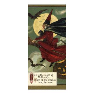 Sorcière vintage de Halloween montant un balai et Carte Double En Couleur