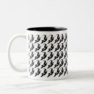 Sorcières en vol sur la silhouette de balai mug bicolore