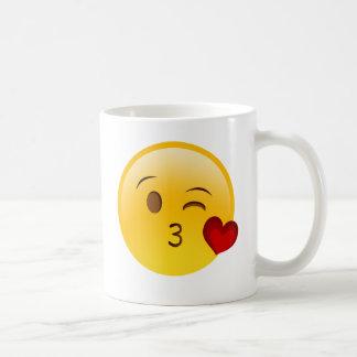 Soufflez un autocollant d'emoji de baiser mug