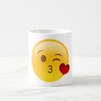Soufflez une tasse d'emoji de baiser