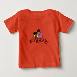 Soulevez un T-shirt de bébé de lecteur