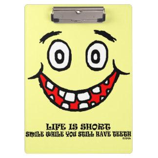 Sourire tandis que vous avez toujours des dents