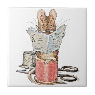 Souris de tailleur sur la bobine du fil petit carreau carré