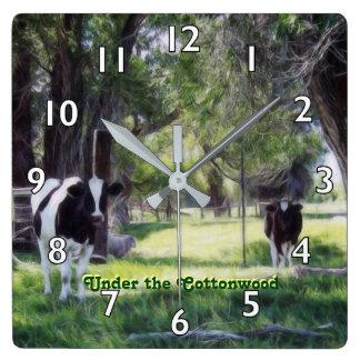 Sous le peuplier horloge carrée