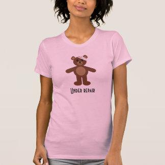 Sous le T-shirt d'ours de nounours de réparation