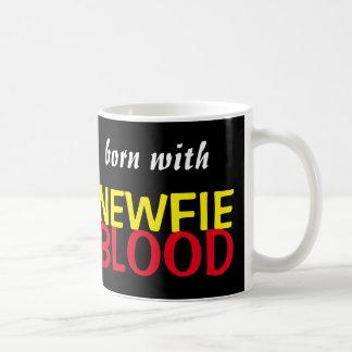 Soutenu avec la tasse de sang de Newfie