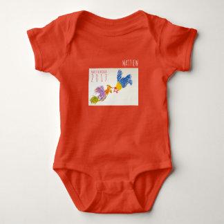 Soutenu dans la combinaison de bébé personnalisée body