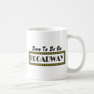 Soutenu pour être sur Broadway Mug