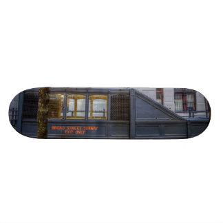 Souterrain de large rue plateaux de skateboards customisés