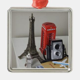 Souvenirs et appareil-photo ornement carré argenté