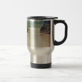 S'ouvrir dans les roches mug de voyage