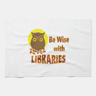 Soyez sage avec des bibliothèques serviette pour les mains