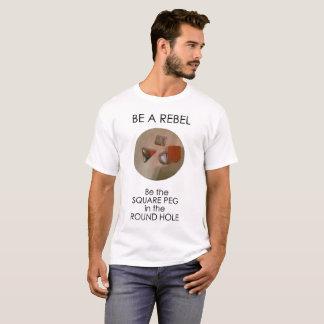 Soyez un rebelle, soyez la cheville carrée dans le t-shirt