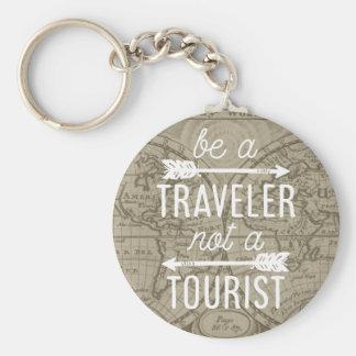 Soyez un voyageur pas une citation de touristes de porte-clés