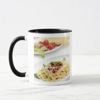 Spaghetti avec la sauce tomate et le basilic mug