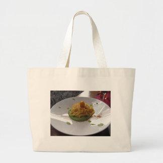Spaghetti avec le bottarga sur la sauce à asperge grand tote bag