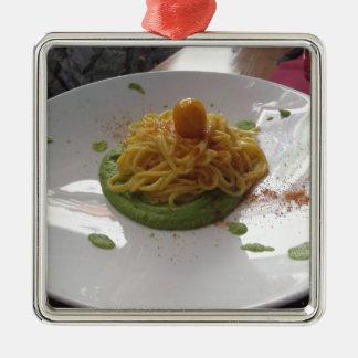 Spaghetti avec le bottarga sur la sauce à asperge ornement carré argenté
