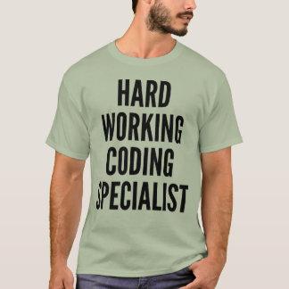 Spécialiste travaillant dur en codage t-shirt