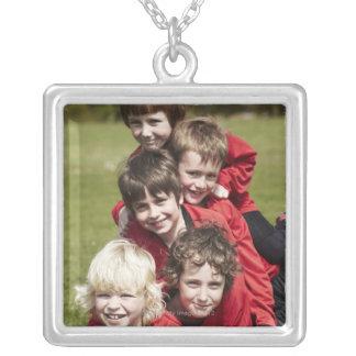 Sports, enfants, le football pendentif carré