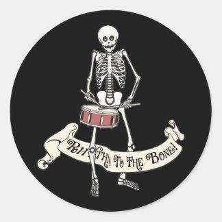 Squelette de marche de tambour de piège sticker rond