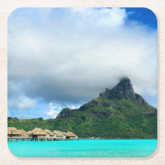 Station de vacances tropicale sur des dessous de dessous-de-verre carré en papier