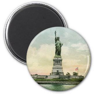 """""""Statue affiche vintage de liberté"""". New York. Magnet Rond 8 Cm"""