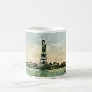 """""""Statue affiche vintage de liberté"""". New York. Mug Blanc"""