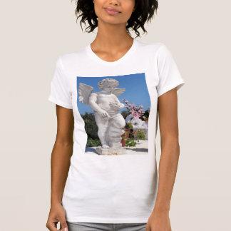 Statue d'ange dans le blanc t-shirt