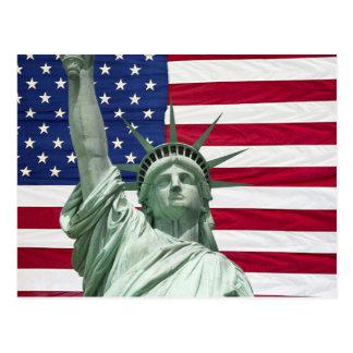 Statue de la liberté et du drapeau américain carte postale
