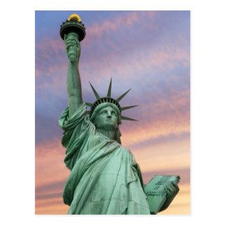 statue de la liberté sous le ciel vif carte postale