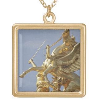 Statue de Pegasus au pont de Pont Alexandre III Collier Plaqué Or