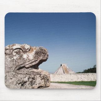 Statue de serpent par la pyramide au Mexique Tapis De Souris